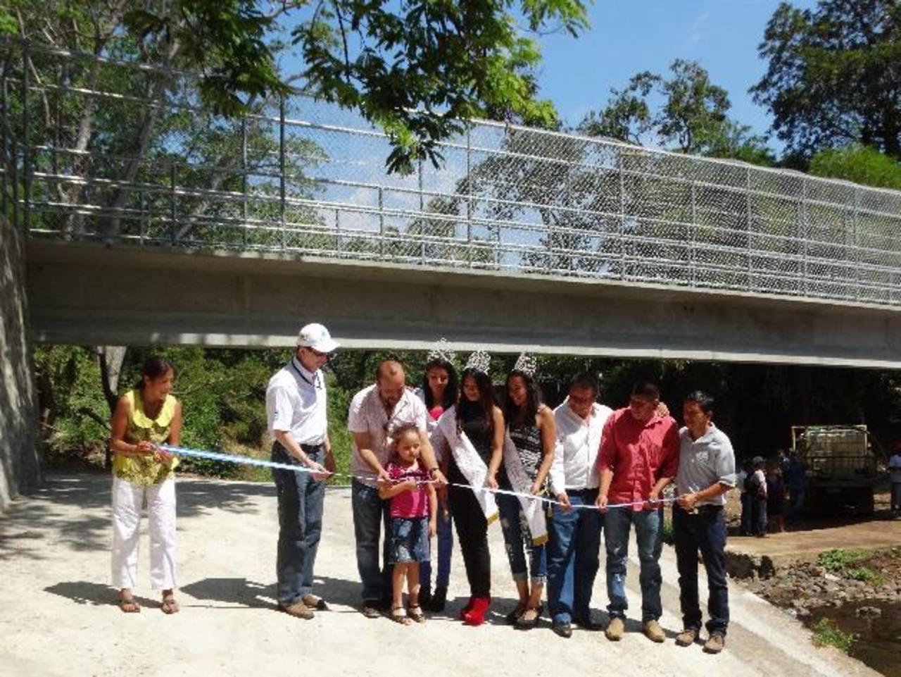 La estructura se construyó sobre el río Los Apantes, en la calle que conduce al cantón Peña Blanca. Foto EDH/ CORTESÍA