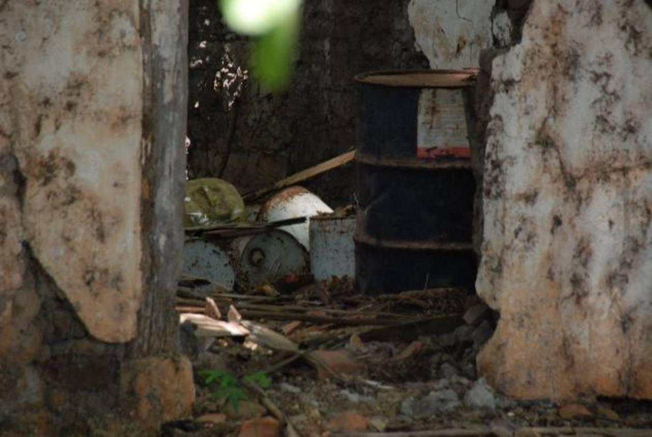 Los barriles tienen muchos años de estar guardados en una área de la hacienda. foto edh / INsy Mendoza