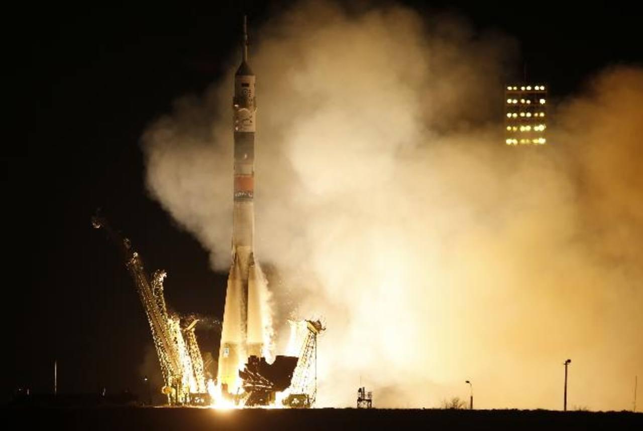 Astronautas parten de Rusia para estar un año en el espacio