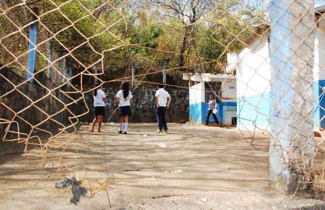 La imagen es la cerca perimetral de la escuela, que requiere reparación. foto edh / insy mendoza