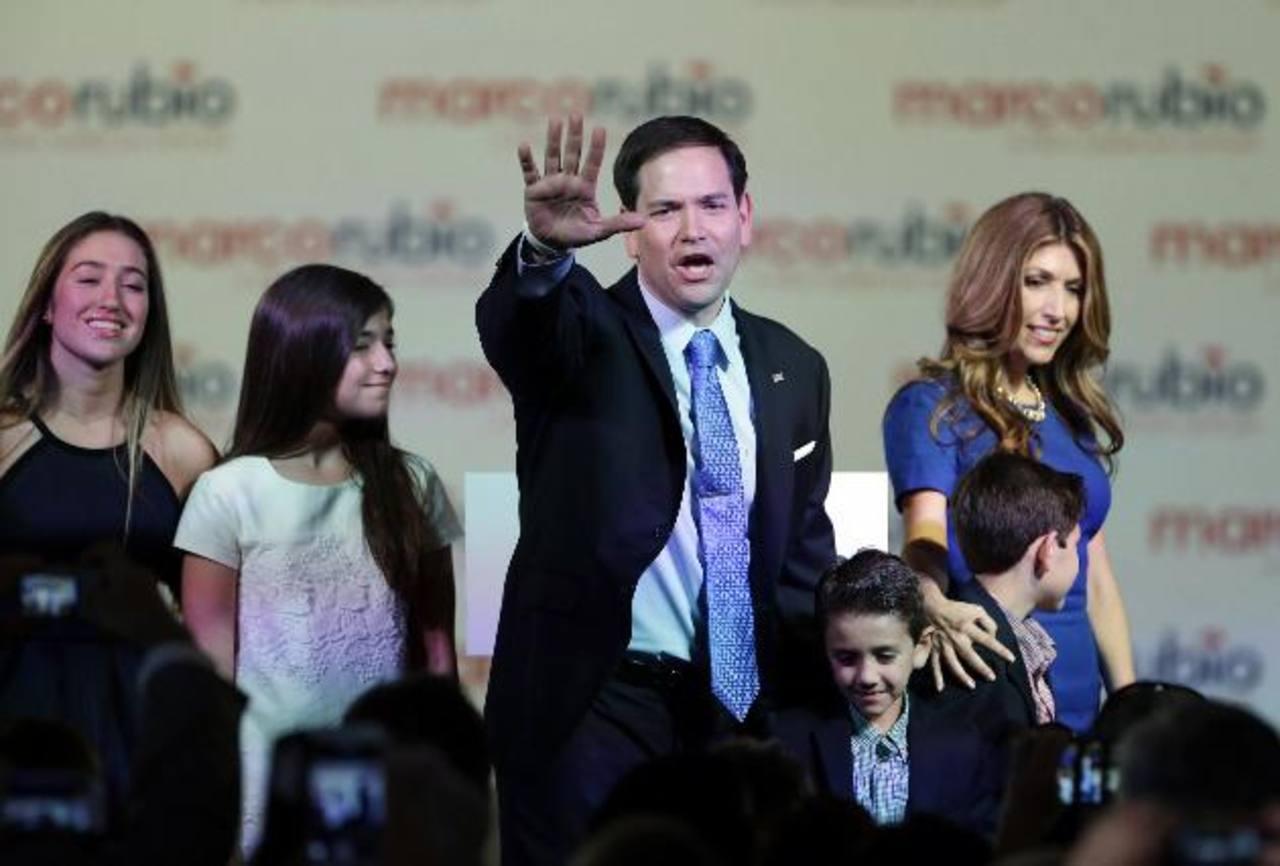 Marco Rubio (i), senador por Florida, hijo de padres cubanos, es uno de los aspirantes más fuertes a la Casa Blanca. Sus seguidores celebraron el anuncio. foto edh / ap