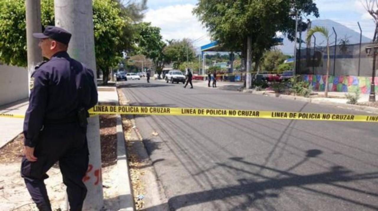 Tres personas fueron atacadas a balazos en el vehículo en que viajaban en la 5a Avenida Norte y calle San Carlos, San Salvador. Un hombre murió y dos personas, entre ellas una niña fueron lesionadas.