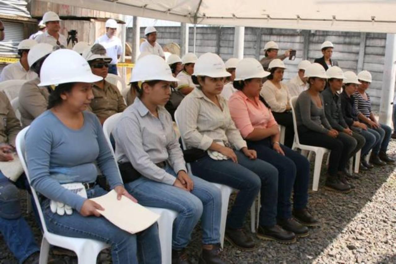 Las ocho mujeres recibieron la certificación de la Superintendencia de Electricidad y Comunicaciones, Siget y podrán trabajar como técnicas electricistas. Foto EDH