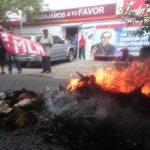 Veteranos del FMLN quemaron llantas y basura frente a la sede del partido en gobierno en la colonia Layco.