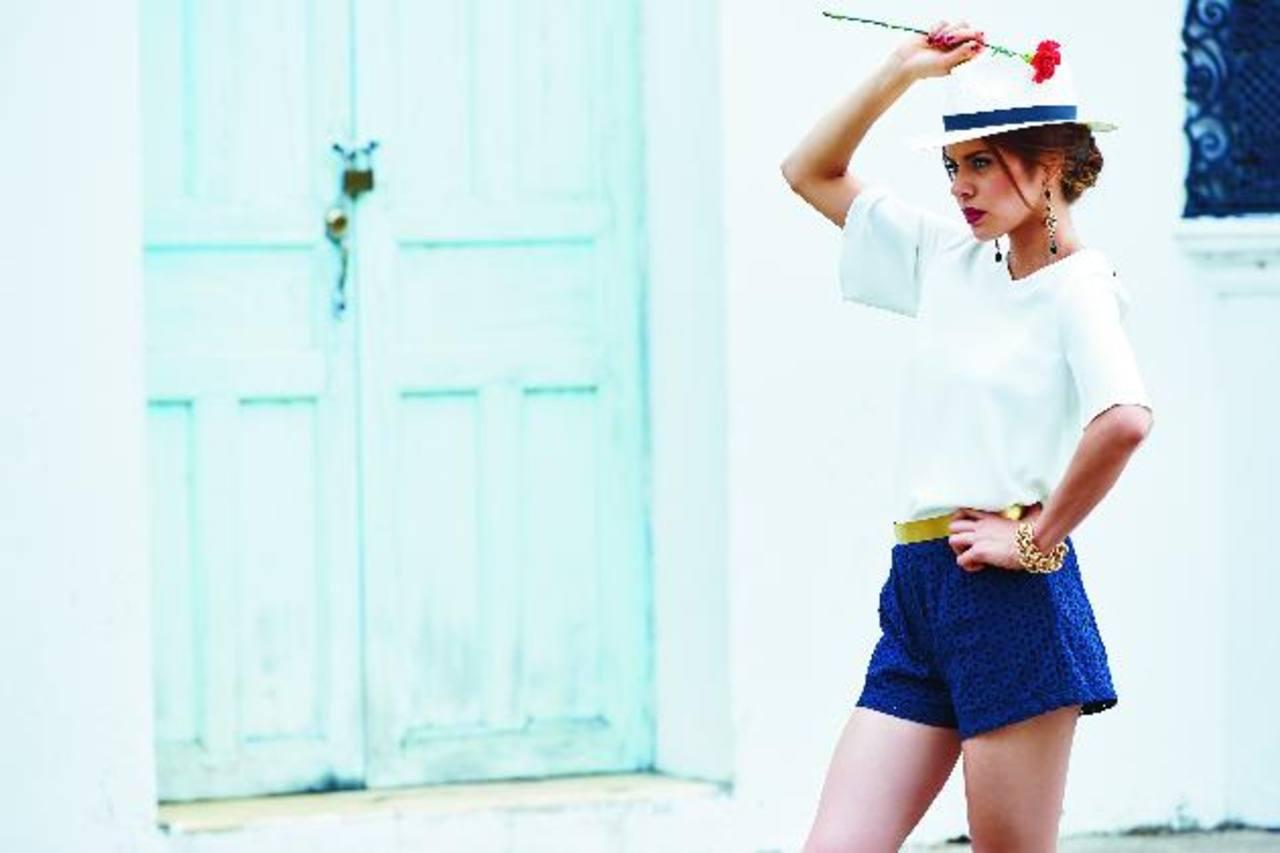 En este número se ha buscado reinventar el uso de la típica blusa blanca.
