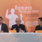 Los presbíteros Luis Ernesto Ayala, Jesús Delgado y Simeón Reyes durante la conferencia de prensa sobre la campaña publicitaria para el acto de beatificación de Monseñor Romero.