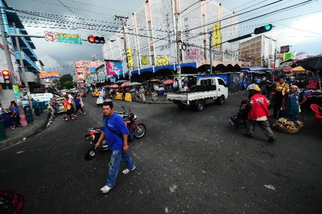 El centro de San Salvador es asediado por pandilleros y ladrones que asaltan a transeúntes.