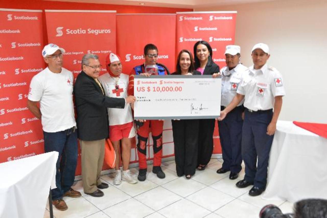 Miembros de grupo Scotiabank se sumaron nuevamente al trabajo que año con año realiza Cruz Roja Salvadoreña. Foto EDH / David Rezzio