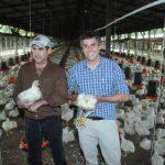 Carlos Calleja y Aristides Escobar, durante el recorrido a granja La segunda, donde las aves reciben estrictos cuidados. Foto EDH/ Lissette MonterrosaPlanta de Carnes de El Salvador mantiene estrictos programas de bioseguridad. Foto EDH/ Lissette Mon