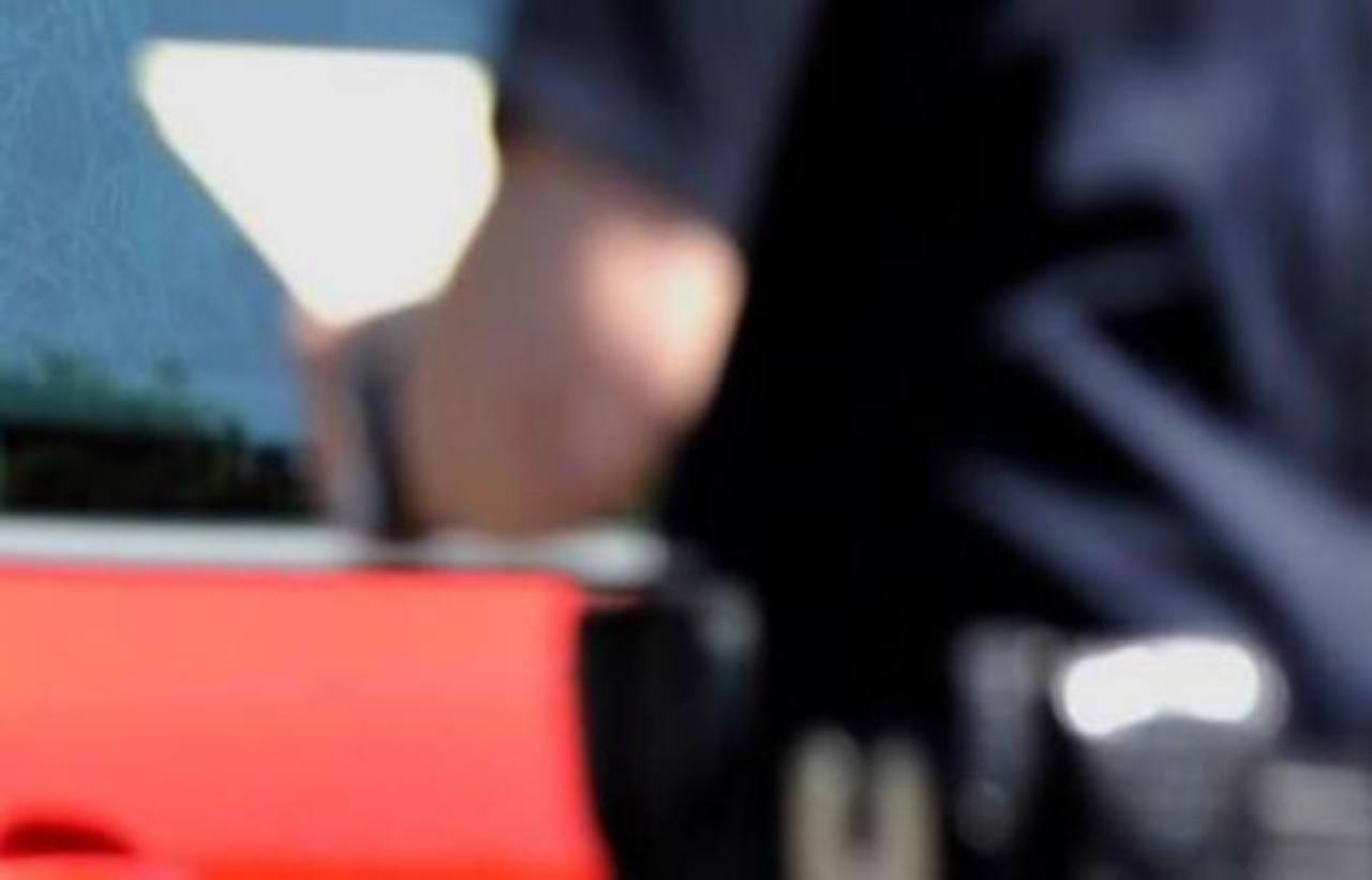 Balean a mujer que chocó contra auto policial