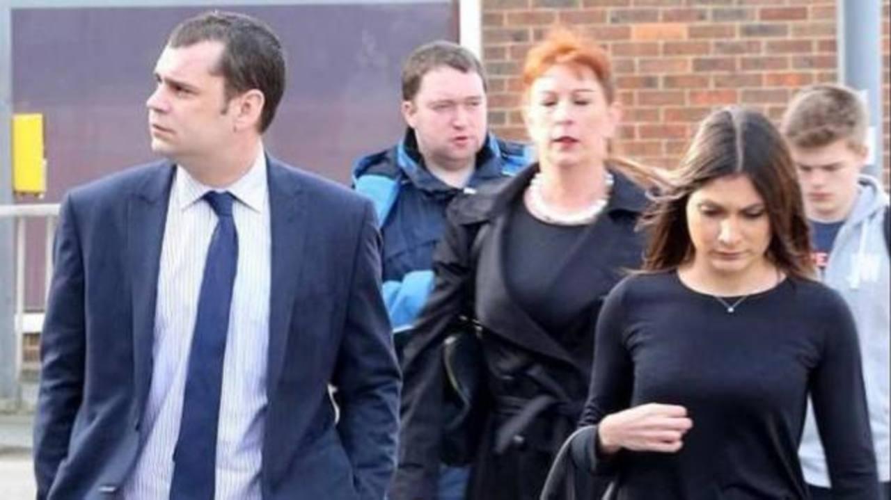 Andrew O'Clee con su segunda mujer Phillippa, quien a pesar del escándalo afirmó que continuará su relación con él.