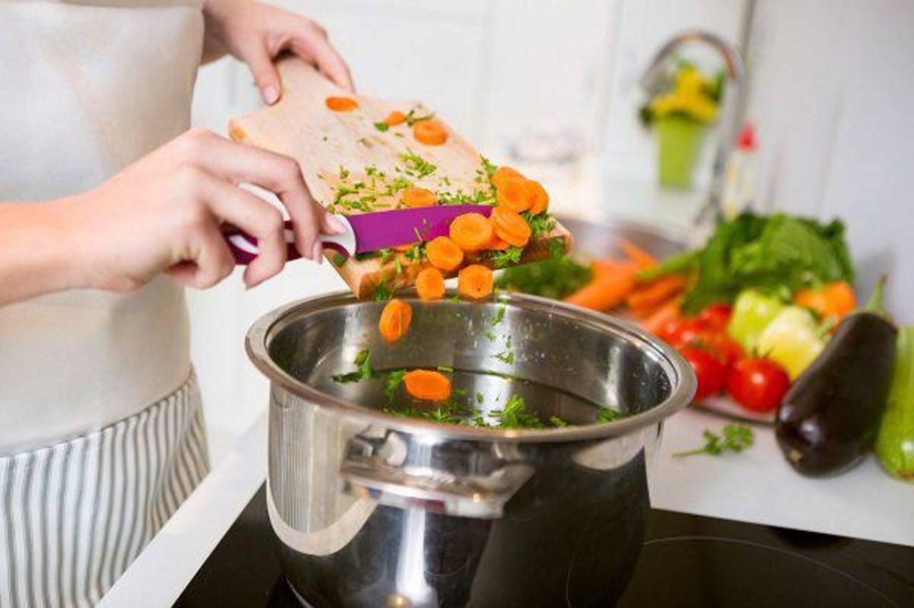Separar los alimentos crudos de los cocidos es una de las recomendaciones.
