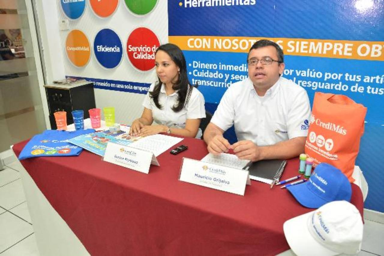 Eunice Martínez y Mauricio Grijalva de CrediMás hablaron de la promoción Foto EDH / David Rezzio