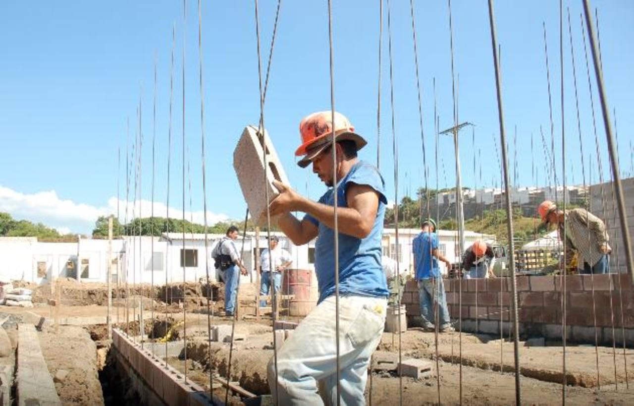 El sector construcción quiere dar el ejemplo implementando medidas para evitar el trabajo infantil. Foto edh /archivo