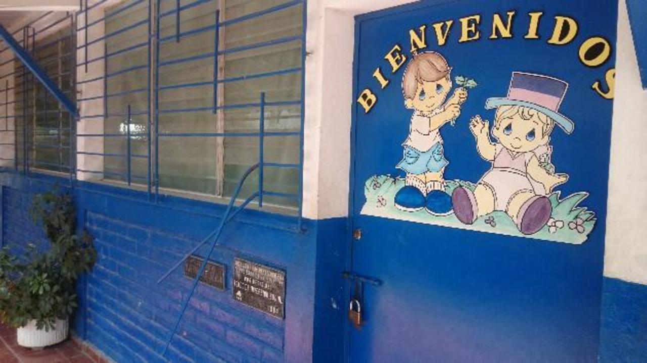 La escuela de educación especial general Adolfo Blandón, en Cojutepeque, ha sido blanco constante de delincuentes que la saquean ante indiferencia de autoridades. Fotos EDH / Diana Escalante.
