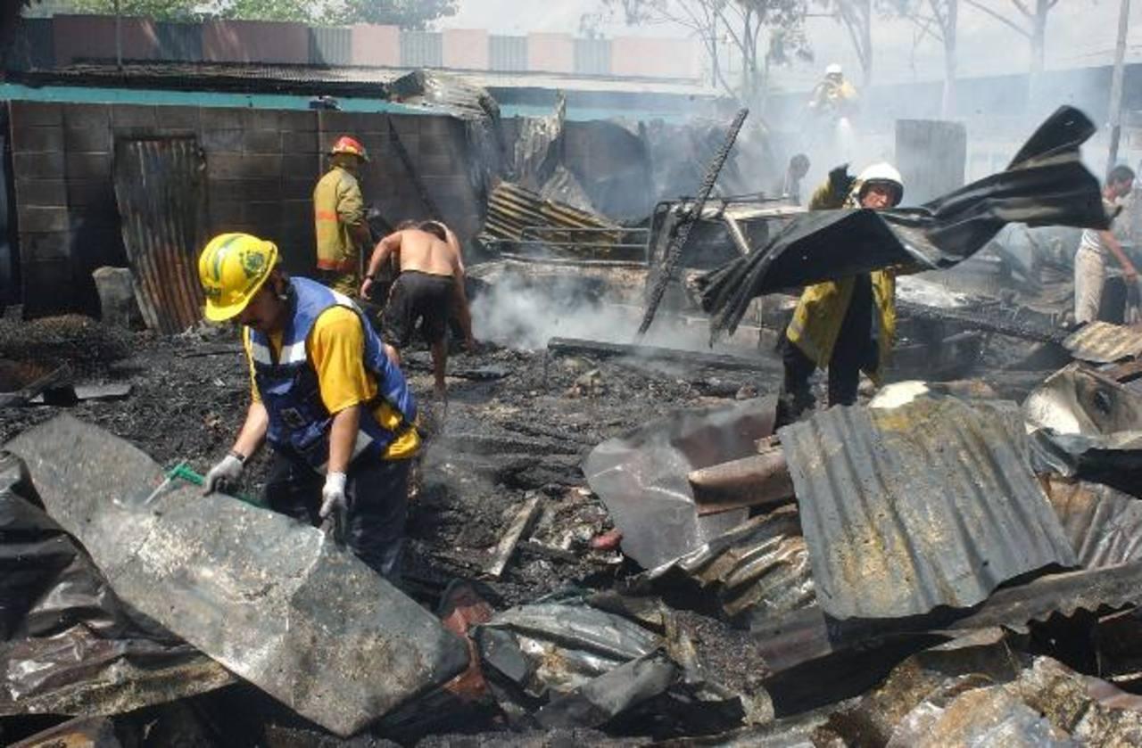 El pasado jueves 9 de abril, un incendio destruyó 40 puestos del mercado La Tiendona. Foto EDH / archivo