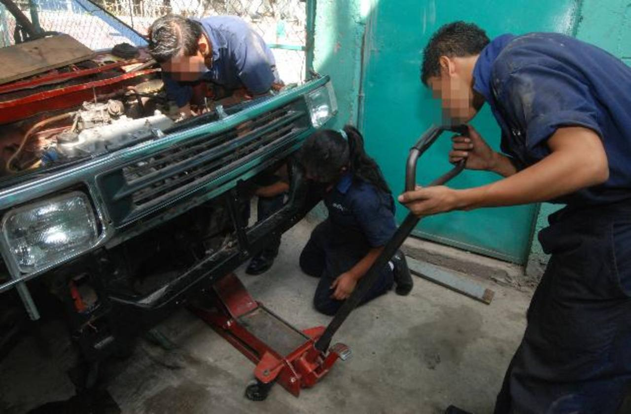 Los institutos que brindan bachillerato técnico carecen de materiales para que los alumnos trabajen . foto EDH / Archivo