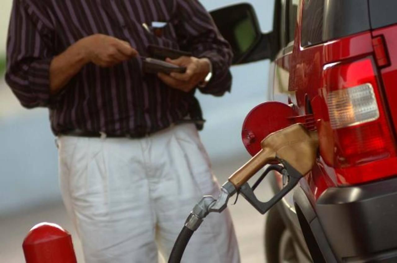 Los consumidores no están de acuerdo con el alza en los combustibles. foto edh / archivo