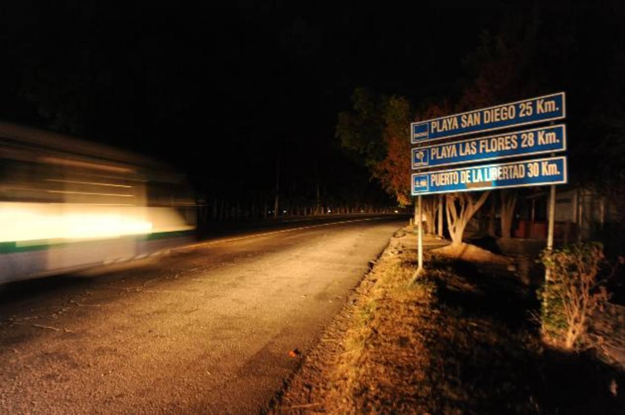 En la carretera que une la autopista al aeropuerto y San Luis Talpa, fue secuestrado el soldado. Foto EDH / Lisete Monterrosa