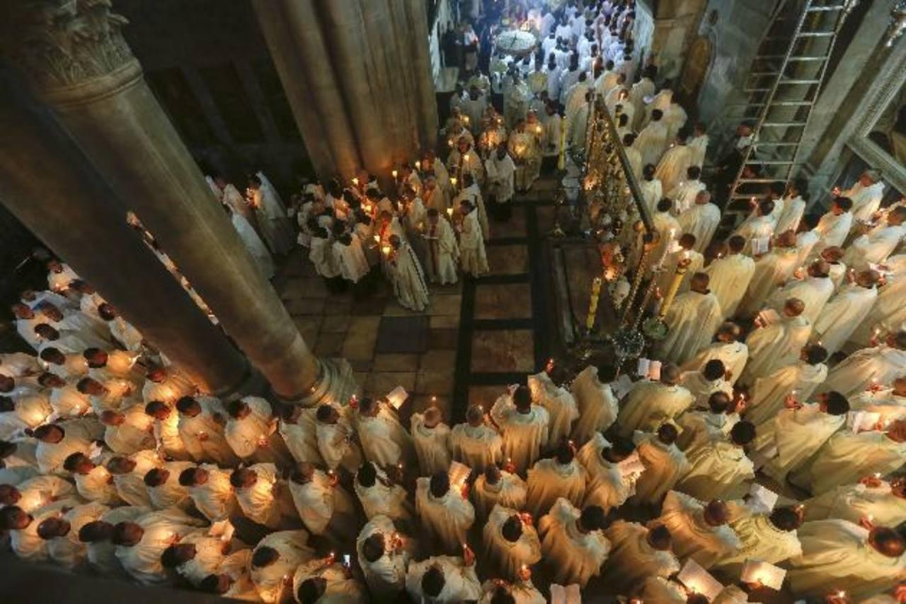 Católicos participan en una procesión en el interior de la Iglesia del Santo Sepulcro con motivo del Jueves Santo, en la Ciudad Vieja de Jerusalén. Fotos EDH / EFE