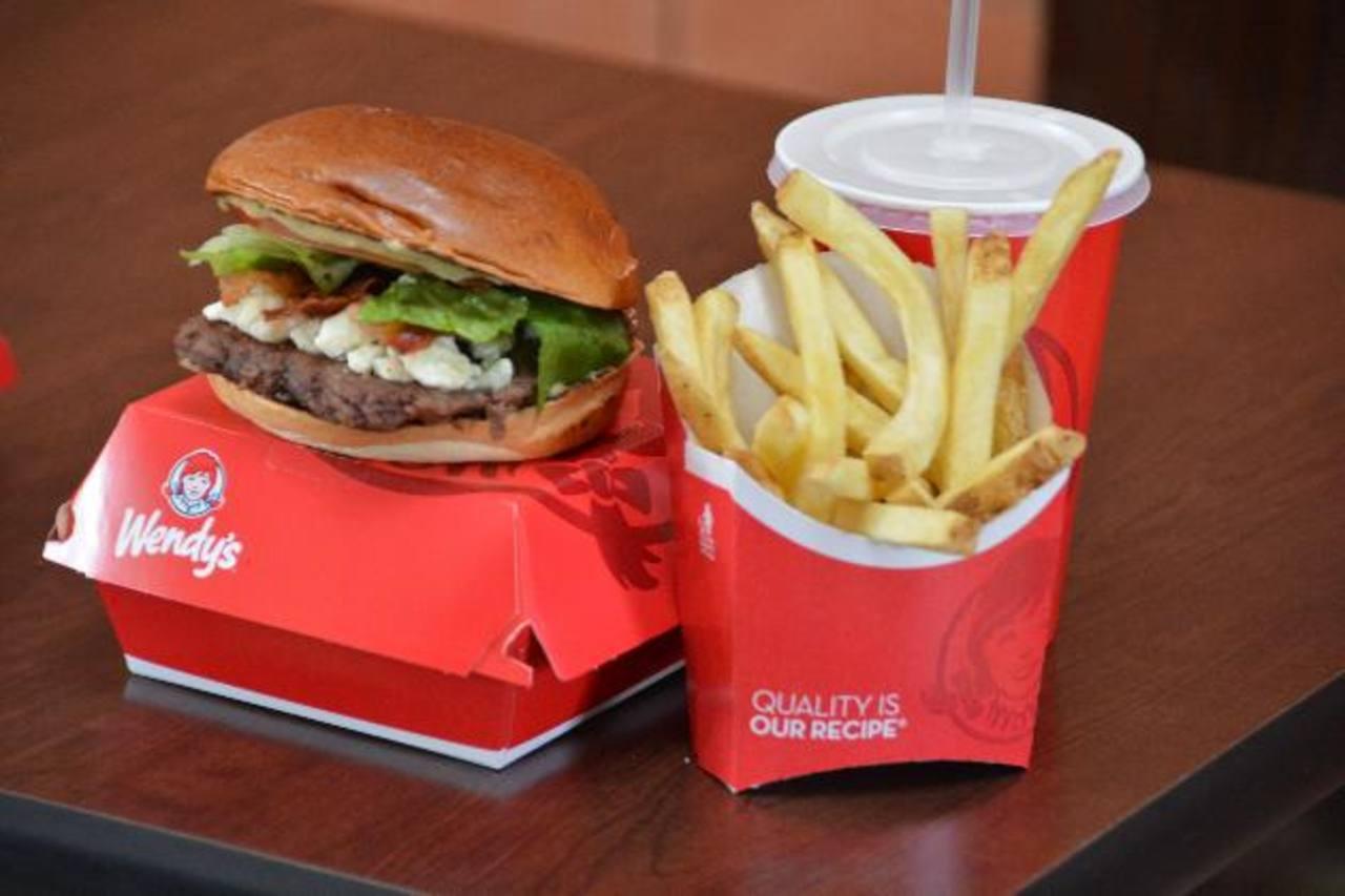 Ahora puedes encontrar esta deliciosa hamburguesa en su variedad de pollo y con sus deliciosos ingredientes.
