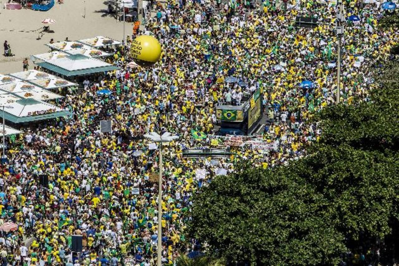 Miles de personas participan en Sao Paulo en una de las manifestaciones contra el gobierno de la presidenta Dilma Rousseff. Foto EDH/ EFE