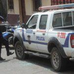 Un oficial de la Policía revisa un carro patrulla dañado durante el ataque a la subdelegación de Ilobasco, situada en la 4a. Avenida Norte y 7a. Calle Poniente. Foto EDH / Lissette Monterrosa.