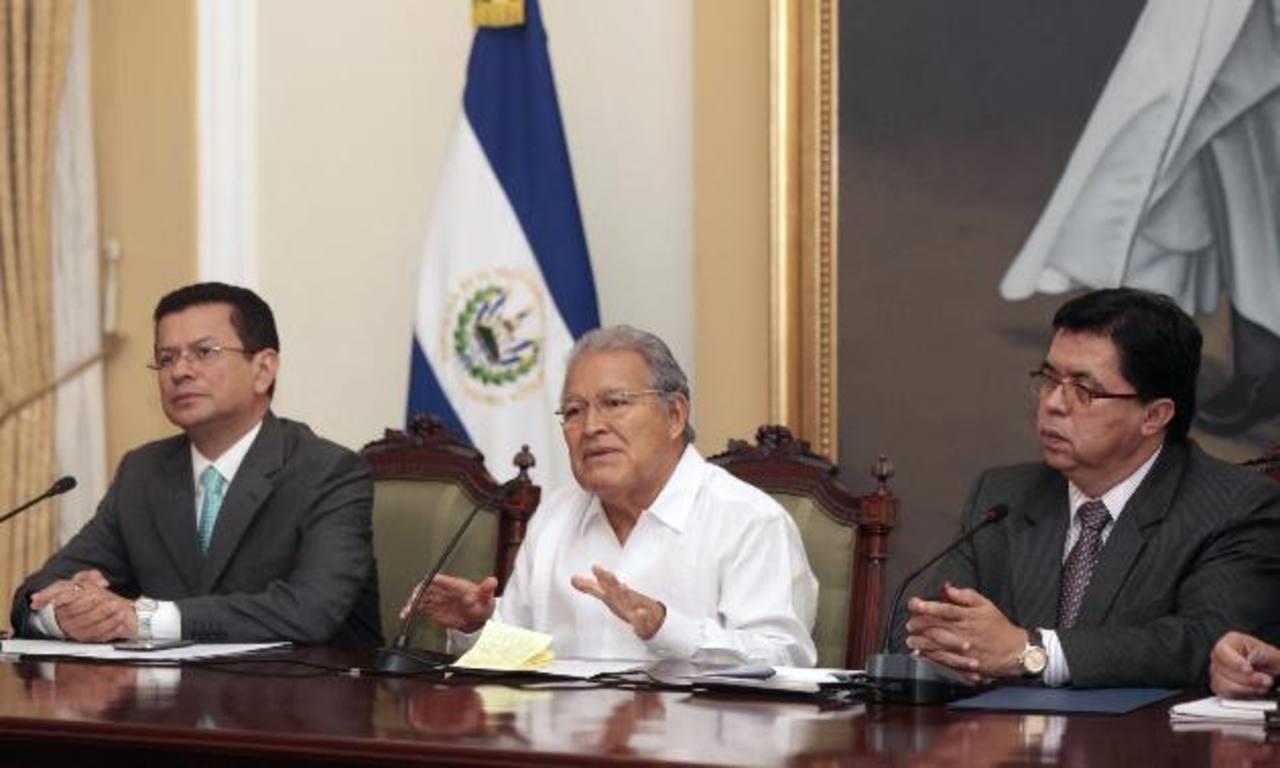 El presidente salvadoreño Salvador Sánchez Cerén junto al canciller Hugo Martínez ayer, en conferencia. foto edh / EFE