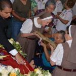 Fieles católicos santanecos ofrecieron su ayuda para cargar en sus hombros el anda de las reliquias. Miles de católicos participaron de la solemne actividad. Fotos EDH/ Iris Lima