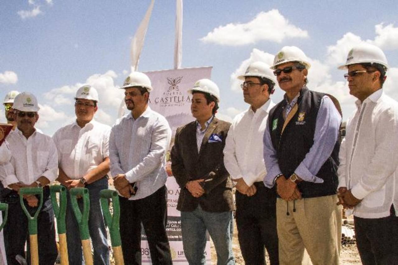 Además de los desarrolladores de la obra asistieron el alcalde Norman Quijano y el vicepresidente, Óscar Ortiz. Foto EDH/ CortesíaAlejandro Dueñas, director ejecutivo de Urbánica, coloca la primera piedra.
