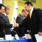 El diputado Guillermo Gallegos, de GANA, recibe la credencial como legislador 2015-2018, pero no puede asumir por orden de la CSJ. foto edh / archivo