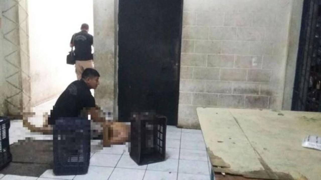 Lo estrangulan en bartolinas de Policía en San Miguel