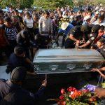 El policía Santos Hernández fue sepultado ayer en San Luis Talpa, La Paz. Lo asesinaron el lunes. Foto EDH / Douglas Urquilla