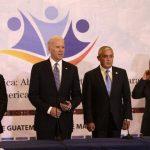 El presidente de Honduras, Juan Orlando Hernández; el vicepresidente de Estados Unidos, Joe Biden; el de Guatemala, Otto Pérez Molina, y de El Salvador, Salvador Sánchez Cerén, ayer en el Palacio Nacional de la Cultura en Guatemala. foto edh / EFE
