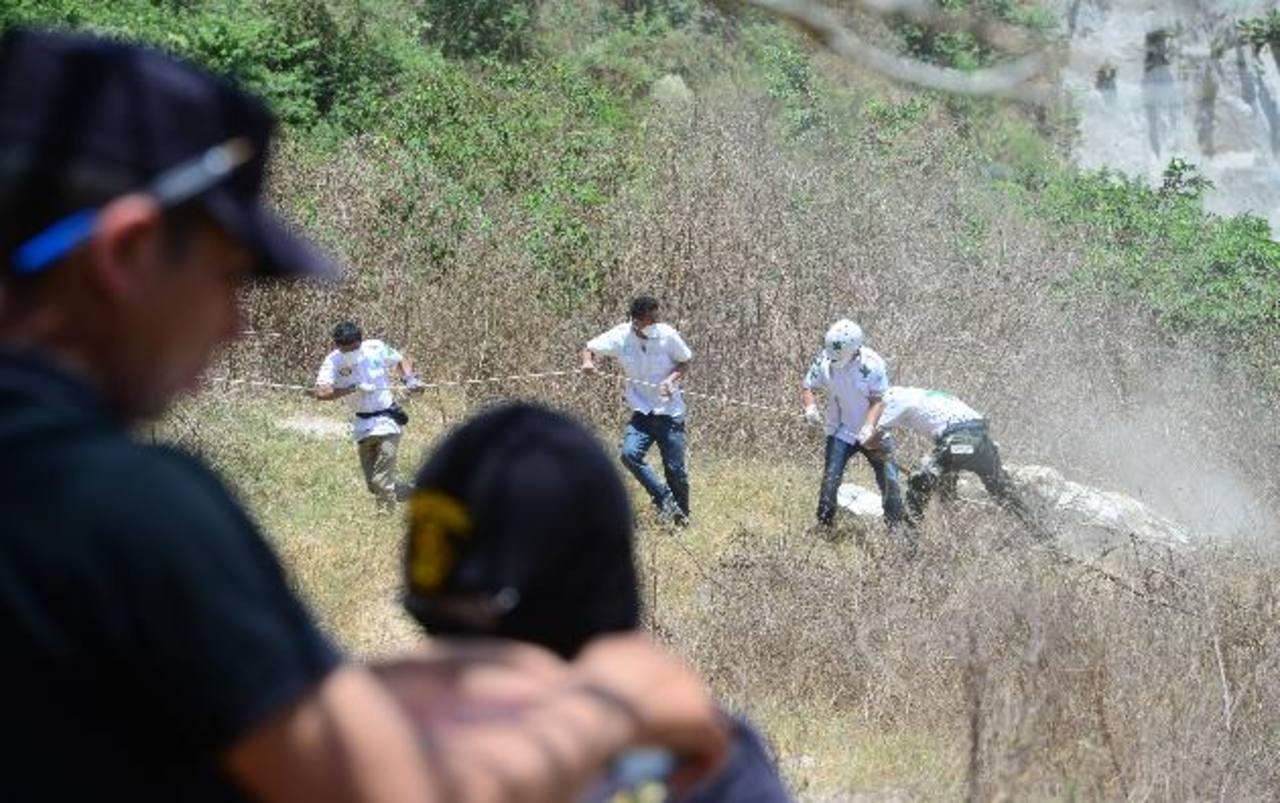Recuperan los cadáveres de dos jóvenes que tenían de tres a cinco días de asesinados en Soyapango. Foto EDH / Mauricio Cáceres