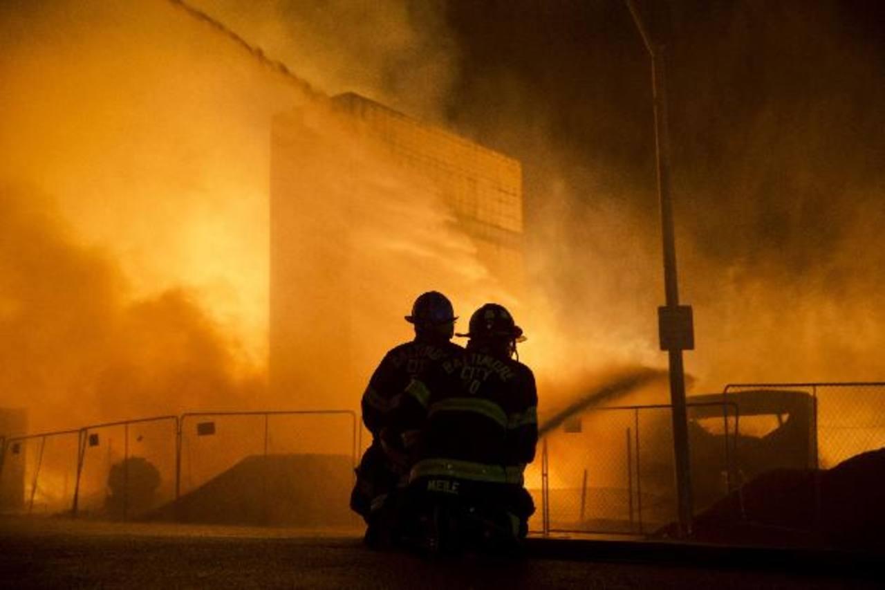 Los manifestantes incendiaron ayer una farmacia, un auto particular y una patrulla policial. foto edh / AP