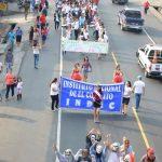 La reina institucional encabezó el desfile donde participó la comunidad educativa. Foto / Omar Martínez