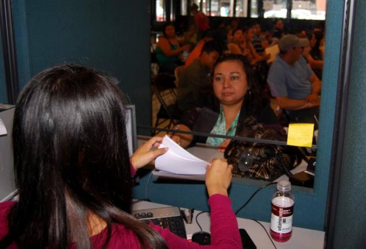Los consulados salvadoreños en Estados Unidos informaron que trabajarán para atender las solicitudes. foto edh /archivo