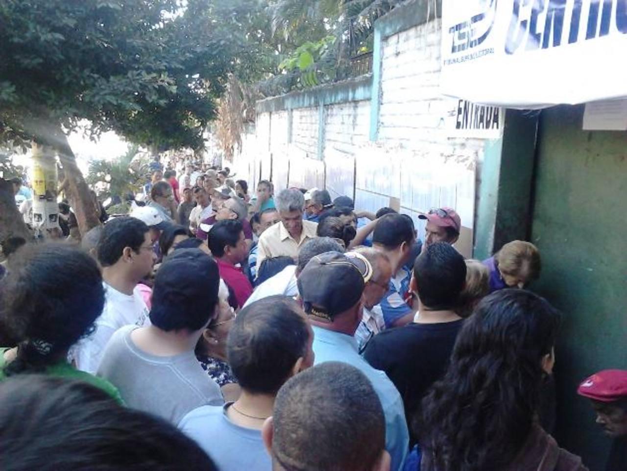 En la colonia Zacamil, en Mejicanos, abrieron con 1 hora y 40 minutos de retraso el Instituto Nacional Alberto Masferrer.