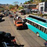 El desorden vial de la ciudad ha comenzado a afectar la carretera Ruta Militar, ahí por momentos se forman congestionamientos que involucran a los transportistas de carga. Fotos EDH / Insy Mendoza