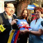 Medardo González y Nidia Díaz, entre otros dirigentes oficialistas, entregaron el paquete. Foto EDH / miguel villalta