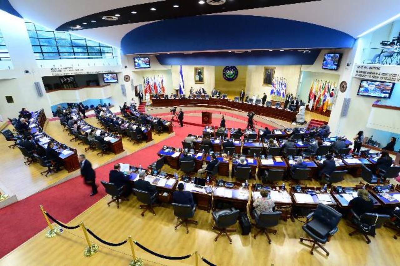 La Directiva aprobó que 35 diputados salientes reciban 66 % de su salario como bono.