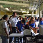 Miembros de mesas firman la salida. Algunos incluso se retiraron antes de las 12:30 p.m. Foto EDH / Magdalena Reyes
