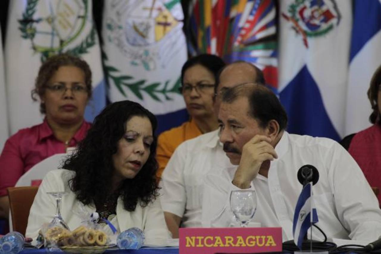 """El presidente de Nicaragua, Daniel Ortega, junto a la primera dama, Rosario Murillo, se han hecho de varios medios que criticaban su gestión; de esa manera """"neutralizan"""" las voces disidentes, señala la SIP. foto EDH /Archivo"""