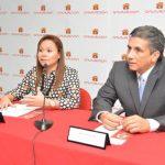 Leslie Mejía, jefa de Tarjeta de Crédito Davivienda y Lic. Alberto Morales, gerente de Experiencia del Cliente, durante presentación del plan. Foto EDH/David Rezzio.