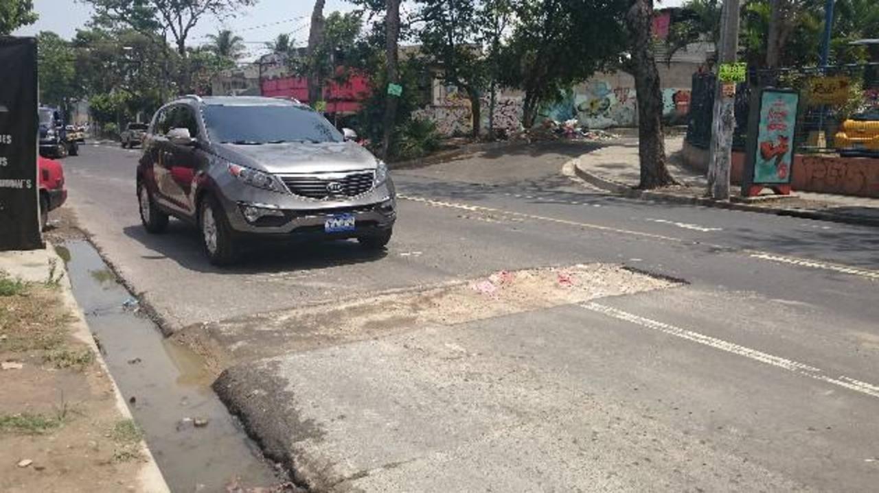 El deterioro de la vía y la aguas negras que rebalsan y anegan la cuneta preocupan a los vecinos. Foto EDH