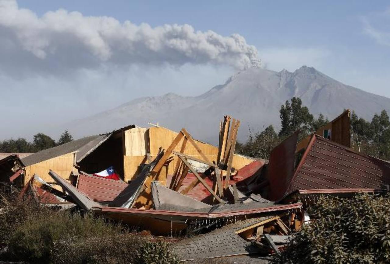 Un restaurante se derrumbó ayer por el peso de las cenizas del volcán Calbuco en Ensenada, al sur de Chile. foto edh / efe