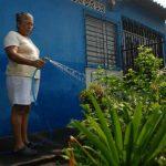 Doña Juana García aprovechaba ayer por la mañana para regar sus plantas antes de que Anda suspendiera el servicio. foto edh / Lucinda Quintanilla