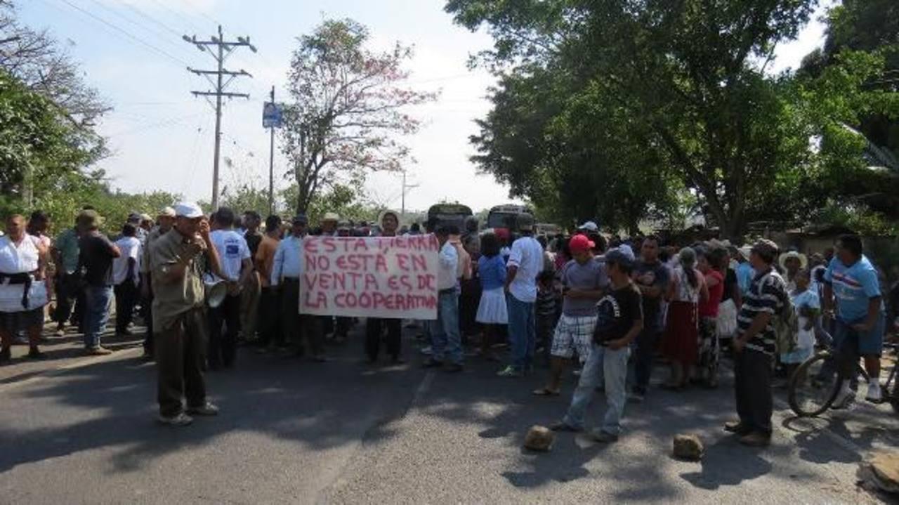 Los campesinos cerraron el paso vehicular, porque exigen que les devuelvan sus tierras. FOTO EDH / ROBERTO ZAMBRANO