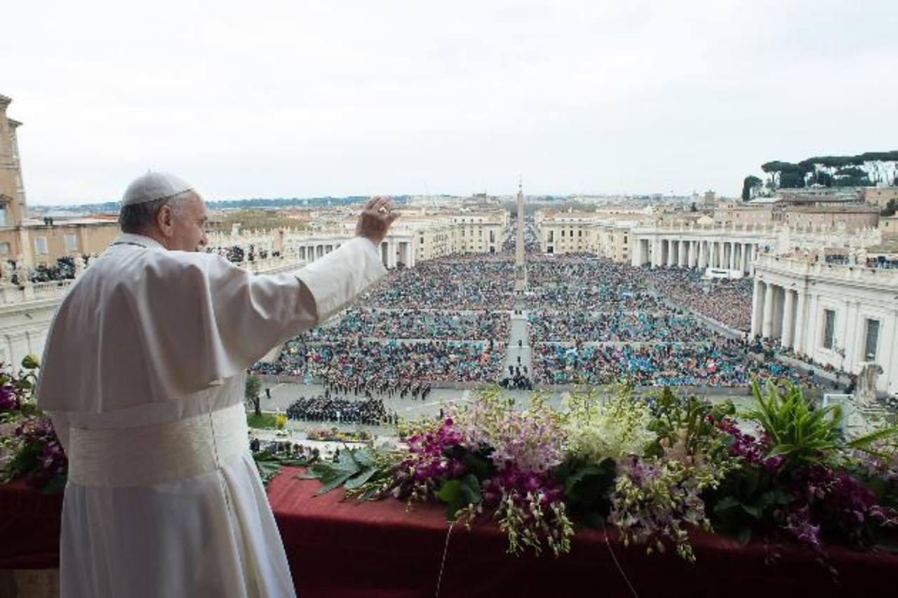 El Pontífice se dirigió a centenares de feligreses durante su mensaje del Domingo de Resurrección, pidiendo por el cese de los conflictos armados en el mundo. Fotos EDH / EFE